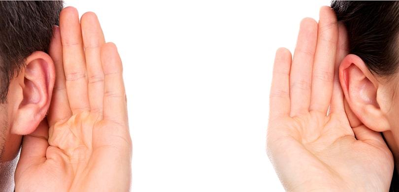 Uho s rukom